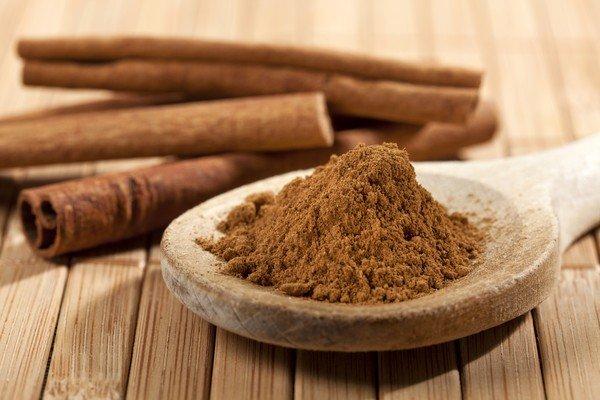 cinnamon_rolls_and_powder_on_teaspoon