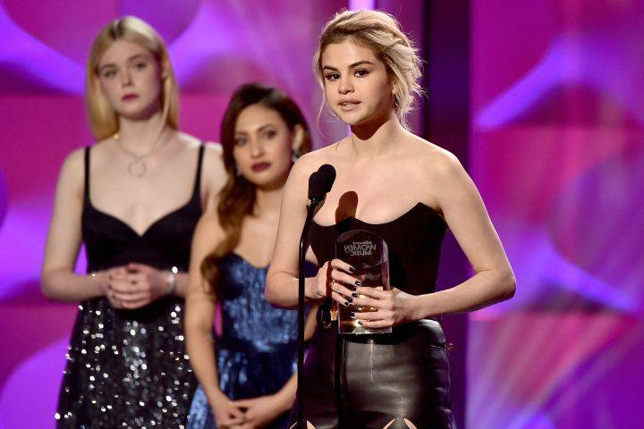 Woman of the Year ဆုကို လက္ခံရင္း မ်က္ရည္လည္ခဲ့တဲ့ Selena Gomez