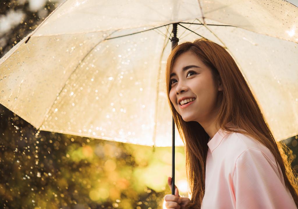 မိုးရာသီမွာ ဆံေကသာ ေမႊးရနံ႔ သင့္ပ်ံ႕ၿပီး ပံုက်လွပေနေစဖို႔ ဘယ္လိုဂရုစိုက္ထိန္းသိမ္းမလဲ