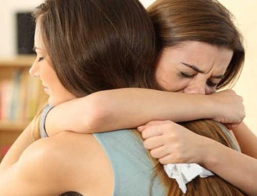 အသည်းကွဲနေတဲ့သူငယ်ချင်းကို နှစ်သိမ့်မှုပေးနိုင်မယ့် နည်းလမ်း ၅ မျိုး
